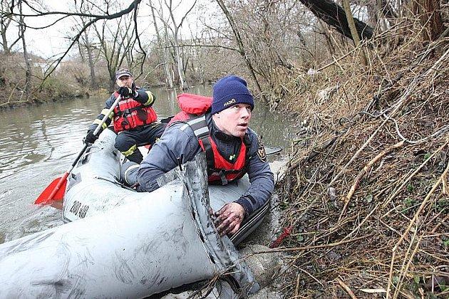 Hasiči z Mostu a dobrovolní hasiči z Obrnic u jedné z norných stěn mezi Chánovem a Obrnicemi.