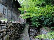 Jindy zurčící horská bystřina pod hradem Rýzmburk v Krušných horách je bez vody.
