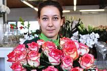 Floristka Markéta Plzáková nabízí růže ke svátku MDŽ v Zahradnictví Dvořák a syn.