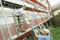 V areálu teplické nemocnice probíhají práce na fasádách