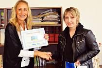 První cenu převzala Jitka Kotková(vpravo) od regionální vedoucí FIRO-tour Jany Pekové (vlevo).