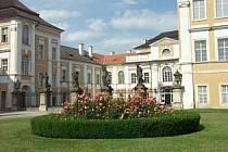 Duchcovský zámek s krásnou zahradou.