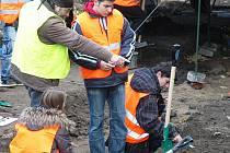 Osmáci z Prahy si v Bílině mohli vyzkoušet práci archeologů v terénu.