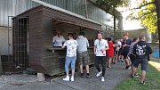 Občerstvení na fotbale v Proboštově. Mají tady výborné klobásy.
