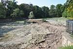 Odbahnění Dolního rybníku v Zámecké zahradě vTeplicích.