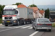 Provoz v Bořislavi v době, kdy ještě nebyla dokončená dálnice D8.