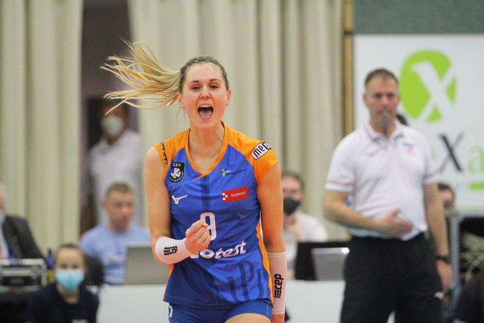 Olomouc (modré dresy) ve finále Českého poháru žen porazila v Teplicích Liberec 3:1.