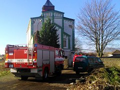 V objektu za nádražím našli staré sudy s neznámou chemickou látkou. Zasahovali hasiči.