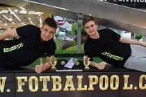 BRATŘI JAK SE PATŘÍ. Roman (vlevo) a Patrik se můžou usmívat, na světovém šampionátu ve fotbalpoolu dobyli pátou příčku.