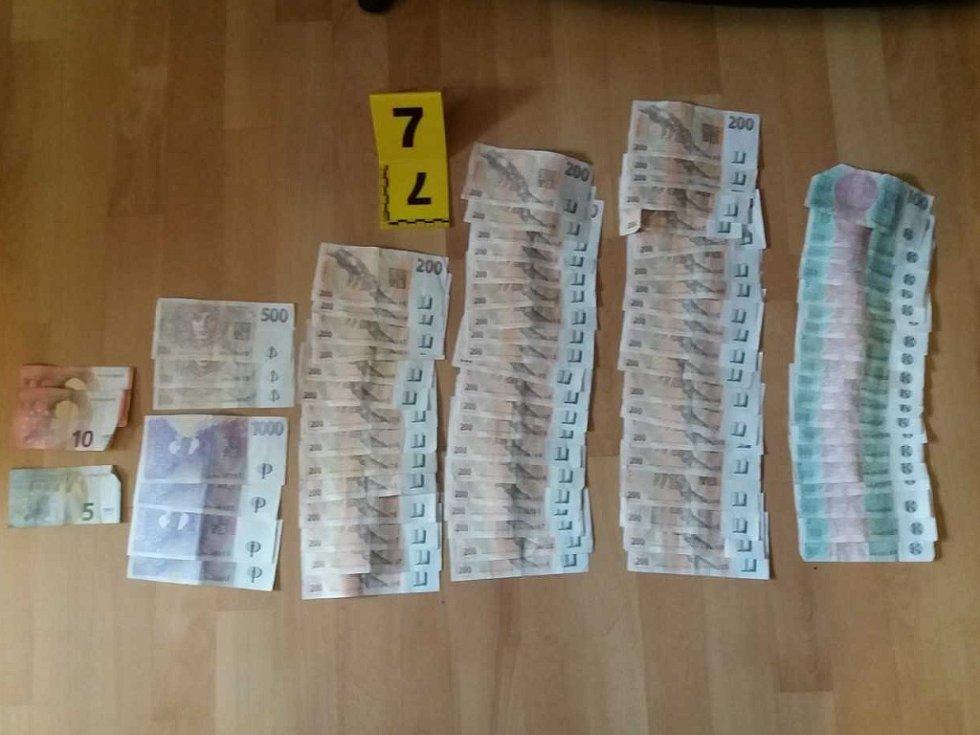 Zadržené drogy a peníze.
