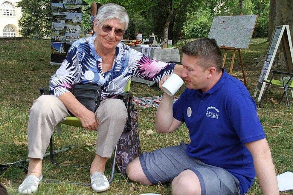 Seniorka Olga Kardová a Robert Zauer ze Spolku proti samotě v Teplicích