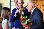 Na zahájení školního roku v ZŠ Žalany navštívil školu Václav Klaus, přivítal prvňáčky a následně pobesedoval v tělocvičně se žáky.