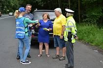 """POLICISTÉ Z TEPLICKA se v minulých dnech zapojili do akce """"Řídím, piju nealko pivo""""."""