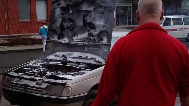 Před teplickou nemocnicí zasahovali hasiči. Zahořelo tam auto