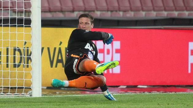 Tomáš Grigar inkasuje gól při utkání Sparta - Teplice v červnu 2020.
