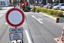 Výkopové práce v Alejní ulici loni uzavřely křižovatku u gymnázia. Toto léto se bude kopat u Telecemu