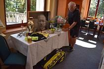 Memoriál Jardy Kubery na teplické Letné uspořádali jeho bývalí tenisoví spoluhráči. Improvizované vzpomínkové místo v tenisovém klubu připravil jeho bývalý trenér Michael Lerch (na snímku).