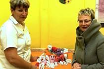 Seniorky uháčkovaly chobotničky pro děti v nemocnici