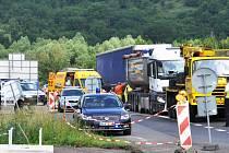 NEHODA dvou kamionů omezila včera ráno provoz na silnici z Teplic, přes Bystřany do Ústí.