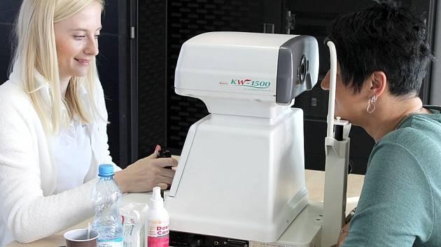Specialista nákupu Kamila Češpivová si nechává vyšetřit svůj zrak. Refraktometr obsluhuje Silvia Demčáková, zdravotní sestra z očního oddělení pražské kliniky Santé.