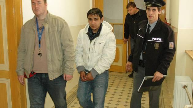Řidič, který i přes zákazy neustále jezdil opilý, neunesl rozsudek a pokusil se ze soudní síně utéct.