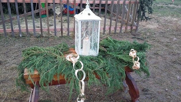Rozdávání betlémského světla v Proseticích, u vánočního stromku