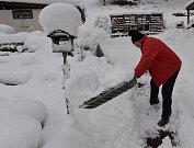Přívaly sněhu napadaly v Oseku. Lidé pomocí techniky i ručně odstraňovali nánosy sněhu. Padaly stromy a lámaly se větve. Snímek z 10. ledna 2019.