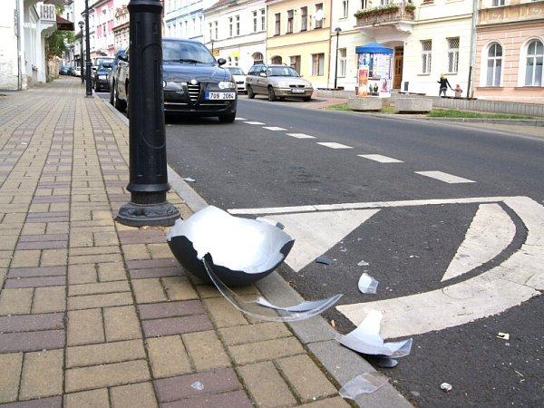 Poničená Lipová ulice vTeplicích, po nájezdu vandalů.