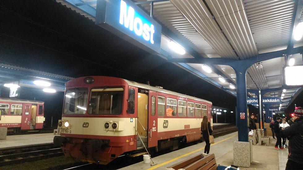 Motorový vůz řady 810, přezdívaný Orchestrion, v železniční stanici Most.