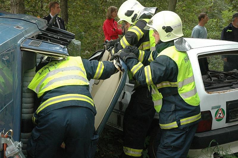 U Novosedlic se střetla tři vozidla s autobusem. Hasiči, záchranka a policie předvedli profesionální zásah