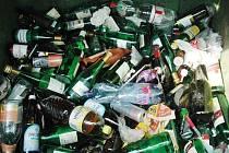 V kontejneru na sklo v Novosedlicích najdete PET lahve i plechovky.