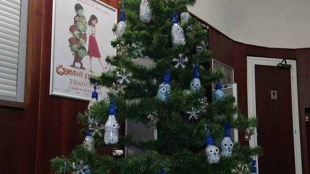 Výstava ukazuje vánoční stromky z dílny dětí z duchcovských MŠ.