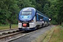 """Moldavská dráha je železniční trať spojující Most s Moldavou v Krušných horách. Do hor jezdí i """"žraločí"""" souprava RegioShark."""
