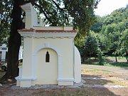 Opravená kaplička v Dolánkách u Ohníče.
