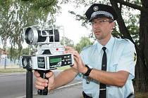 Strážník Městské policie Dubí měří rychlost