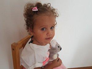 Dvouletá sluchově postižená Agátha z Hostomic