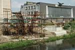 Stavba základů lávky pro pěší v Bílině, 2009.