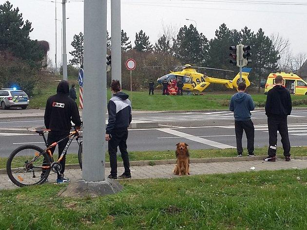 Vrtulník zasahuje v Teplicích. Ze sanitky překládají pacientku s těžkými zraněními pro transport do nemocnice v Ústí.