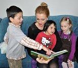 Kalendář s osobnostmi má přinést dětem z teplického Klokánku peníze