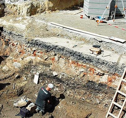 Pod budoucí fontánou našli archeologové zbytky hradeb