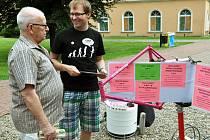 JEDNÍM Z INICIÁTORŮ projektu Rekola v Teplicích je Jakub Mráček (na fotce v černém tričku při prezentaci projektu). Na snímku je vidět také rám kola v růžové barvě, která je charakteristická pro rekola, ve městě snadno identifikovatelná.