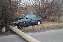 V neděli ráno krátce po desáté hodině nezvládl na Kamenném pohorku u Košťat 21letý řidič osobního automobilu řízení a narazil do sloupu vysokého napětí.