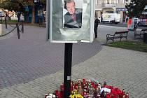 Pietní místo na Benešově náměstí v Teplicích, kde lidí zapalují svíčky na památku Karla Gotta.