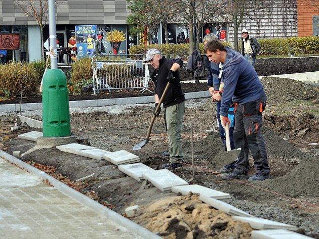Rekonstrukce Divadelního parku v Teplicích vrcholí.