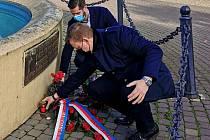 Primátor Teplic Hynek Hanza s kolegou náměstkem Jiřím Štáblem v úterý 17. listopadu položili kytici k pamětní desce na Benešově náměstí v Teplicích.