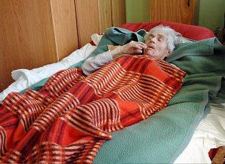 Klientka bystřanského domova důchodců na speciálním lůžku.