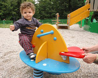 Oblíbená atrakce na dětském hřišti.