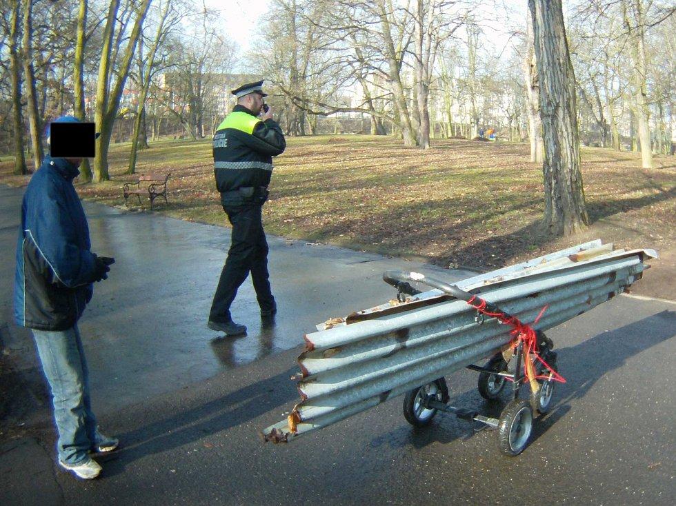 Muže, který měl naložené plechy z plotu bývalého koupaliště zadržela hlídka strážníků.