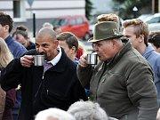 Návštěva prezidenta ČR Miloše Zemana v Dubí, setkání s občany před Domem porcelánu s modrou krví.