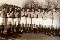TEPLICKÉ MUŽSTVO na jedné z prvních fotografií po založení klubu  v roce 1945. Na snímku jsou Hloušek, Havlíček, Špindler, Fridrich, Volek, Douša, Dvořáček, Reidl, Malý, Tykal a Vostrý.